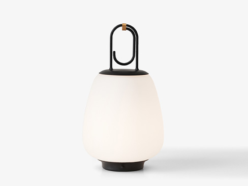 Lucca Lampe fra &Tradition i sort