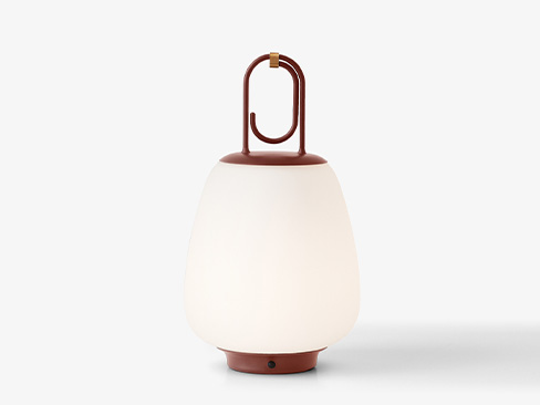 Lucca Lampe fra &Tradition i maroon